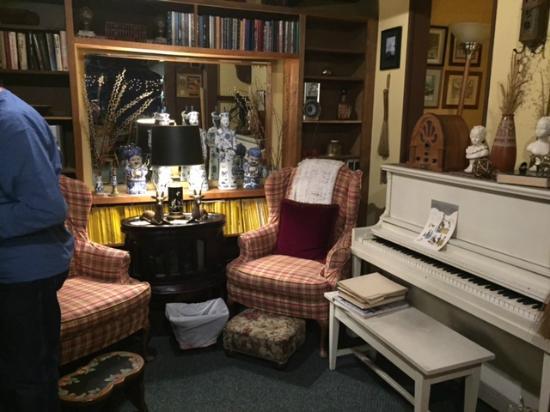 Strawberry Creek Inn: Sitting area in common room