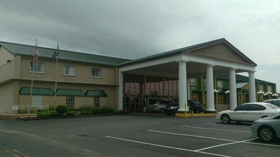 Park Inn by Radisson Harrisburg West : Hotel front entrance off PA Rte. 11