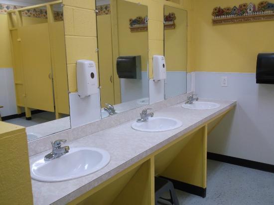 Smoky Bear Campground & RV Park: Ladies bathhouse