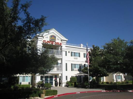 Best Western Clovis Cole: The hotel -- just off the main street in town.
