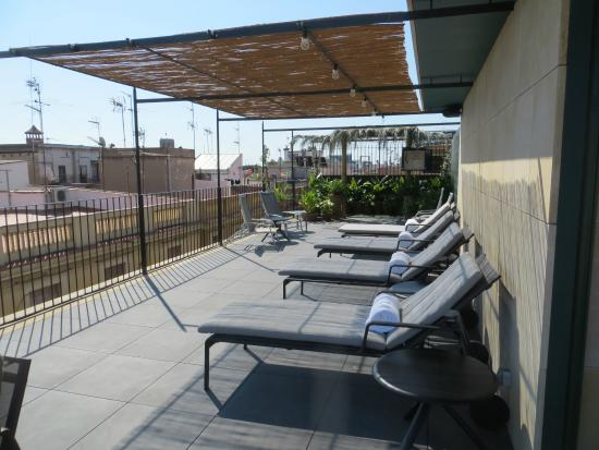 Casa Camper Hotel Barcelona: Sunloungers on roof terrace.