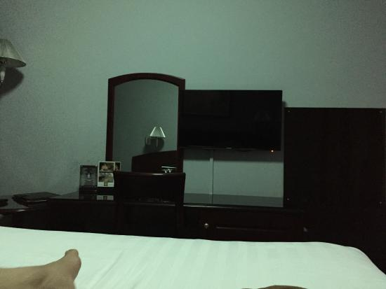 Broadway Hotel: The room was small it's expansive hotel and reception was good but in every 2hour you will be ou