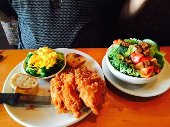 Midtown Cafe & Dessertery: Fried chicken with broccoli and side salad