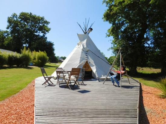 tipi indien et sa terrasse photo de domaine arvor. Black Bedroom Furniture Sets. Home Design Ideas