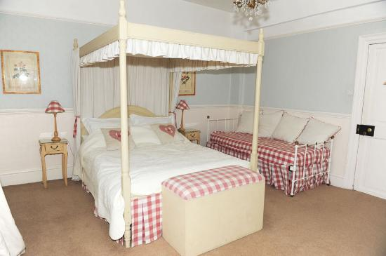 The Old Parsonage: Red Room - with four poster