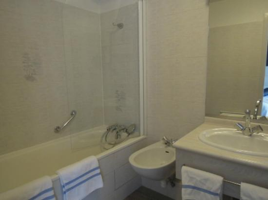 Salle de bain paroi vitr e pour la douche picture of l for Salle de bain vitree