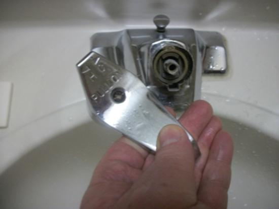 Super 8 Oneida Verona: Faucet handle comes right off in your hand