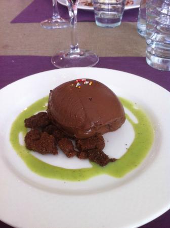 L'Art Gourmand: Quenelle de chocolat et coulis de pistache