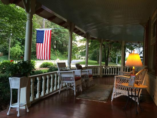 The Oaks Bed & Breakfast: Wine on the porch of the Oaks B&B