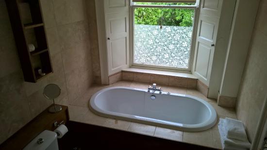 grosse moderne badewanne picture of ashtree house hotel. Black Bedroom Furniture Sets. Home Design Ideas