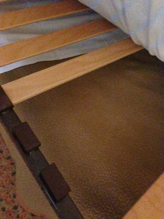 Altia Hotel : Broken bed