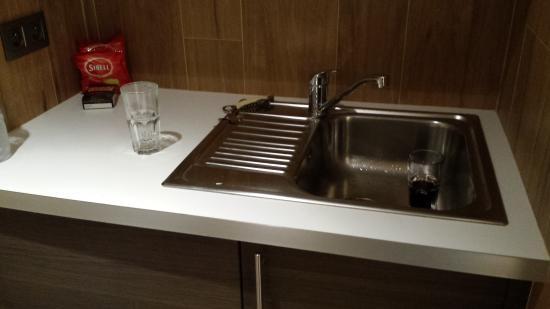 Hotel La Perle: cozinha do apartamento