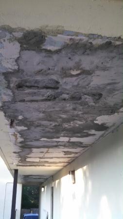 Super 8 Jasper: Ceiling in bad shape outside the room