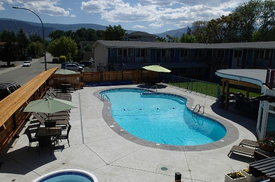 Bowmont Motel: outdoor pool and hot tub area
