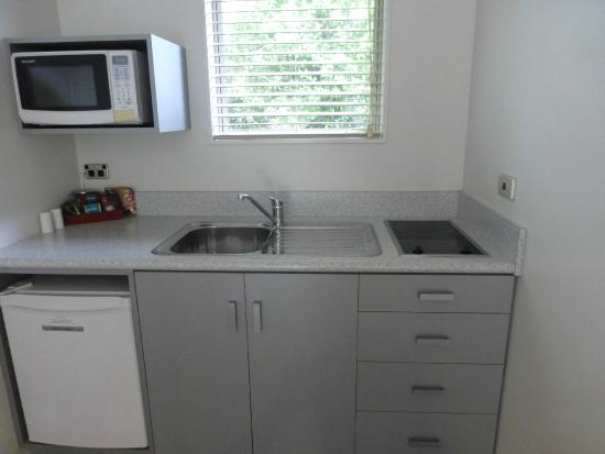 The Park Motel: One-bedroom kitchen