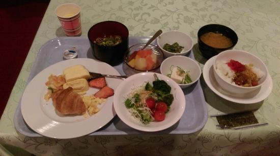 Hotel Oaks Shin-Osaka: 早餐, 自助式的, 飯, 稀飯, 麵包, 沙拉, 果汁, 咖啡都有.