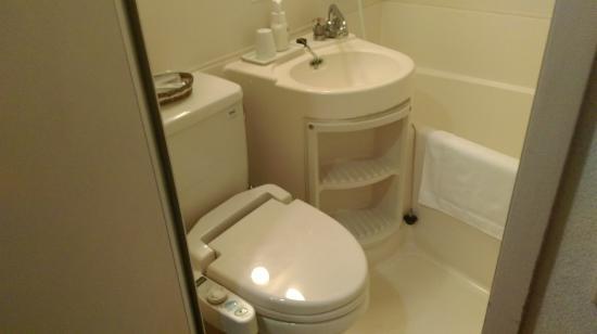 Hotel Oaks Shin-Osaka: 有免治馬桶, 日本的一般規格.
