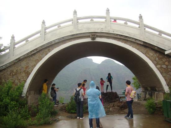 Yansai Lake: Ponte per arrivare alla pagoda