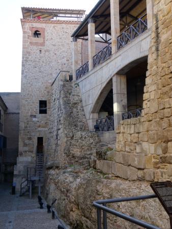 Cueva de Salamanca: Muralla y arriba los miradores