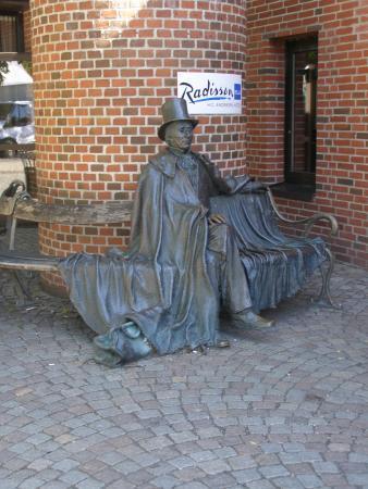 أودينس, الدنمارك: H.C. Andersen sidder lidt på afstand.