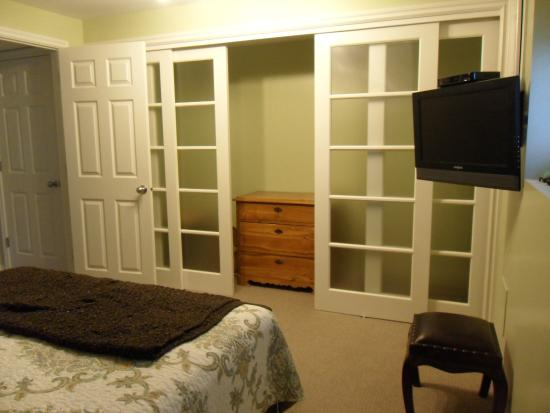 West Kelowna, Canadá: Flat screen TV and large wardrobe
