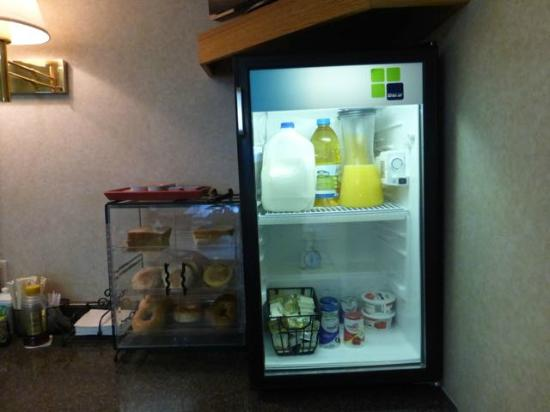 Kenmare, Dakota Północna: Breakfast - yogurt in refrigerator