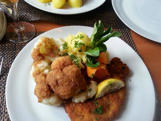 Dreimaderlhaus : Schnitzel with cauliflower in brown butter.
