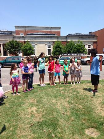 Hampton History Museum : Relay race during a family day event