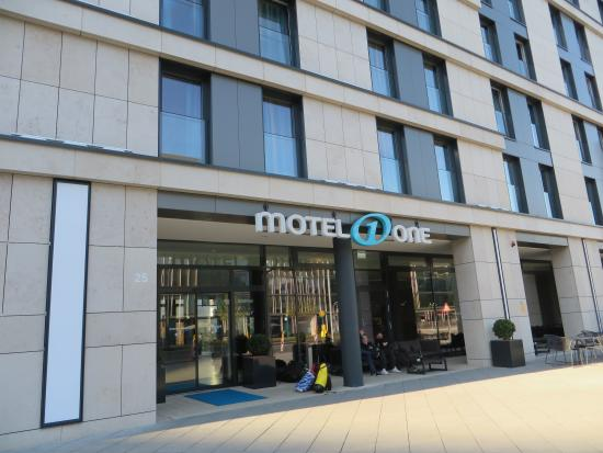 Hotel Motel One Frankfurt-East Side : Front part of the hotel.