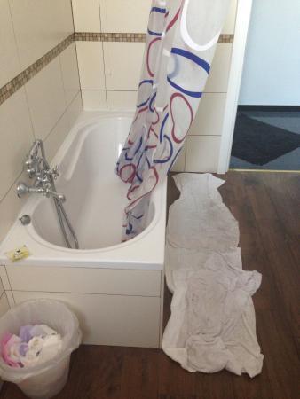 B&B Central Hostel Milano: Salles de bains toujours sales.