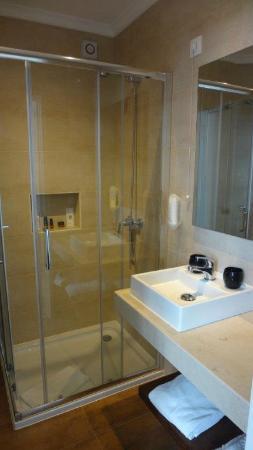 Kleines badezimmer mit mini waschbecken bild von duas - Waschbecken kleines badezimmer ...