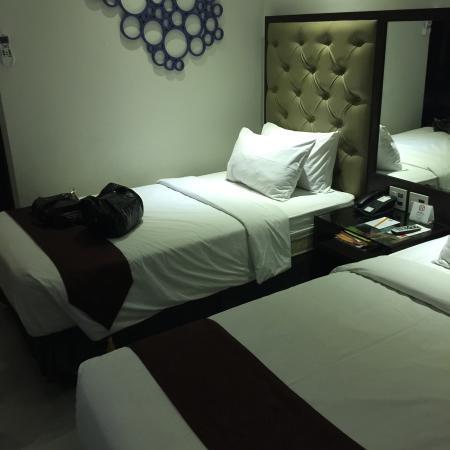 Castle Peak Hotel: 友達と二人で泊まりました。照明の関係上あまり、うまく撮れていませんが、清潔な部屋でした。
