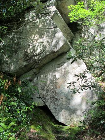 Elk Park, Carolina del Norte: Large rocks along the path