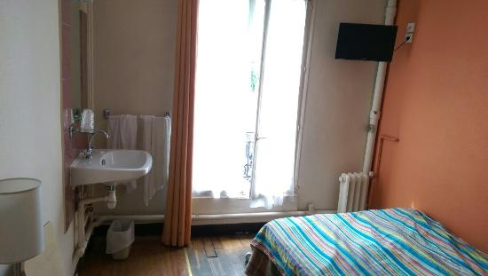Hotel Tolbiac: Le dessus de lit est aussi coloré côté pile que côté face... La douche est dans le couloir et la