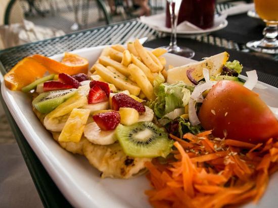 Casa Do Rio Restaurante: Sole with tropical salad