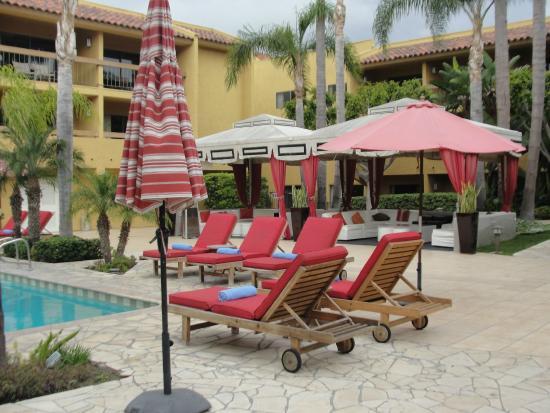 Atrium Hotel at Orange County Airport: Seating at pool side