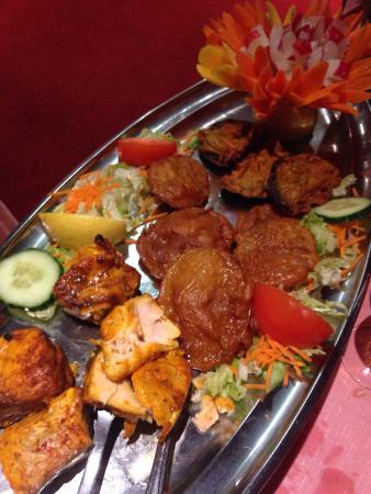 The Rajpoute: Plateau d'entrée : sheesh kebab brochette, fish tikka, beignet pakora