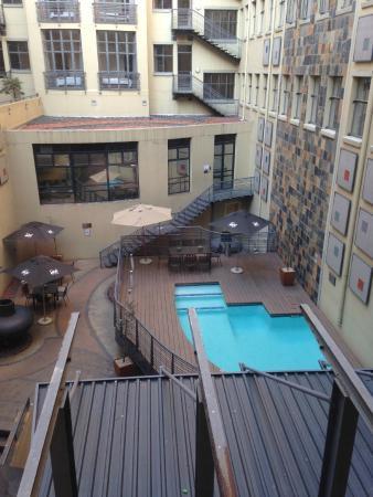 Faircity Mapungubwe Hotel Apartments: Alberca y patio interno del hotel