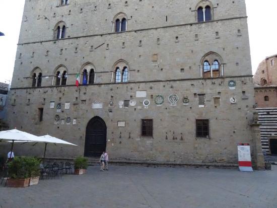 Ristorante Etruria: Restaurant location and the plaza