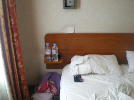 Hotel de la Place des Alpes: letto matrimoniale