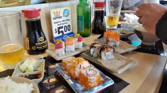 Floating Sushi Boat: sushis