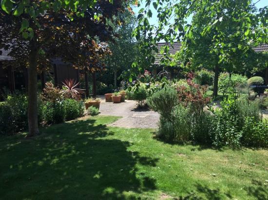 Warren Farm Lodge: Courtyard Garden