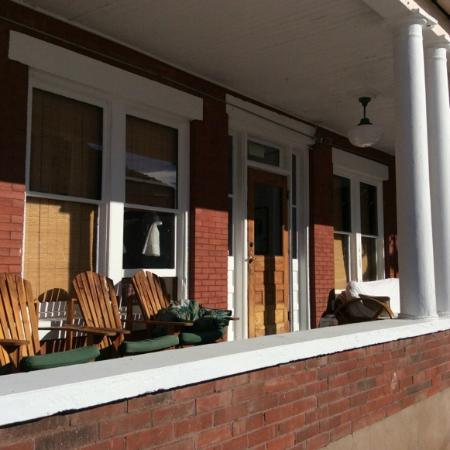 Oliver House Bed and Breakfast: NIce wide front porch. View to town.