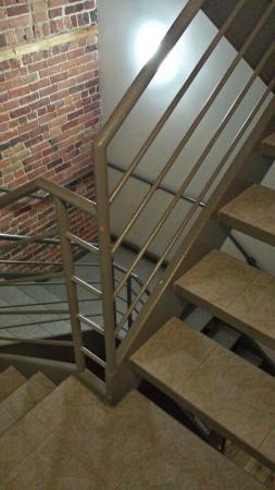 هوتل كوارتير دي سبكتاكلز: Escaleras de acceso de la recepción a las habitaciones