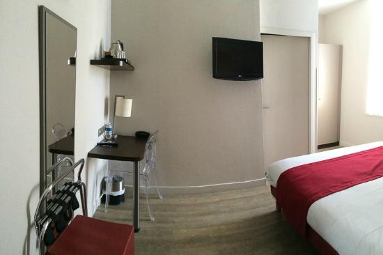 Amenities In The Room Panoramic Picture False Feeling Of Room Size - Quality hotel marseille vieux port