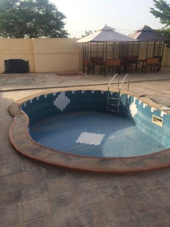 Ex-Tee Crystal Hotel : Hot tub next to pool