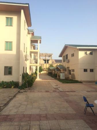 Ex-Tee Crystal Hotel : Outside courtyard between buildings