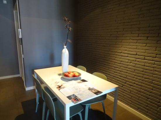 DestinationBCN Apartment Suites: Dining table
