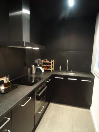 DestinationBCN Apartment Suites: Well equipped kitchen