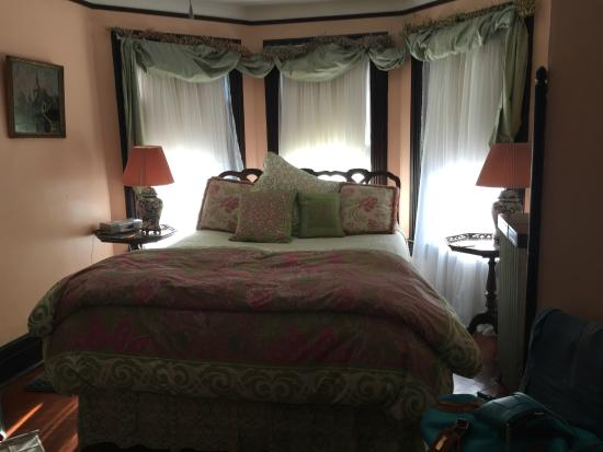 Ruby's Cove Bed and Breakfast: One of the gorgeous bedrooms